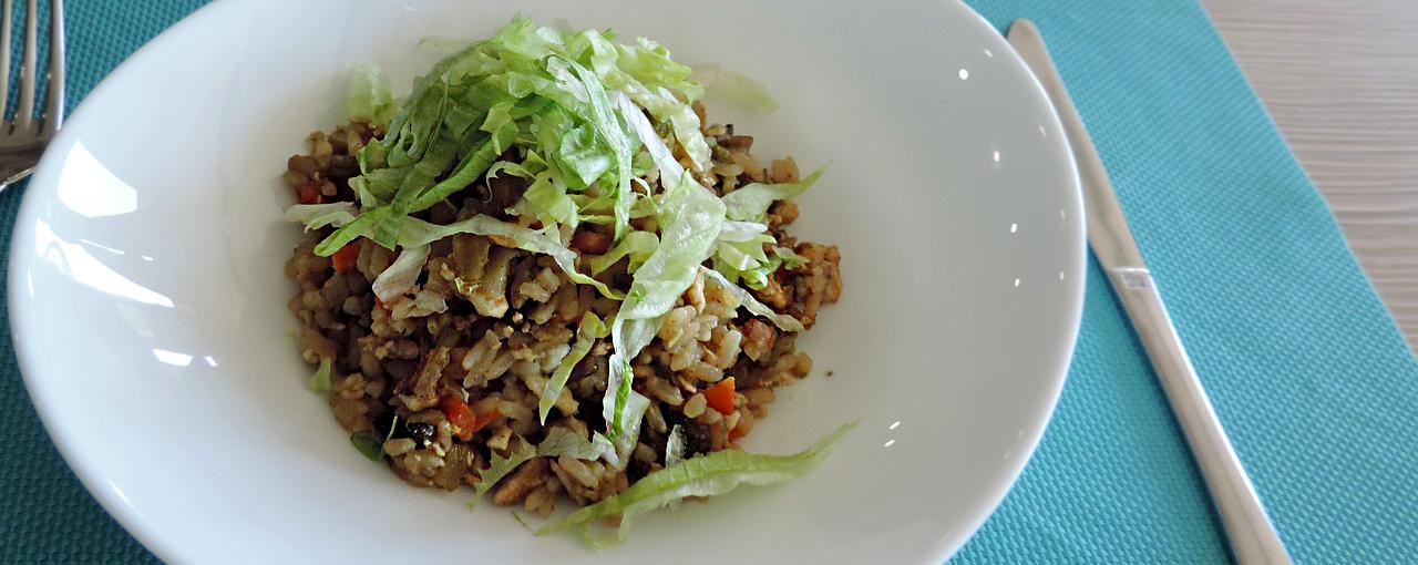 Здесь важно не переварить капусту брокколи, чтобы она оставалась в меру хрустящей и сохранила яркий цвет.